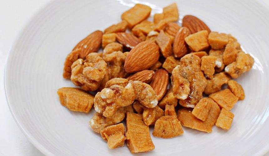 「NATURAL LAWSON」系列餅乾焦糖綜合堅果(くるみとココナッツのキャラメリゼ 素焼きアーモンド入り)的堅果近照