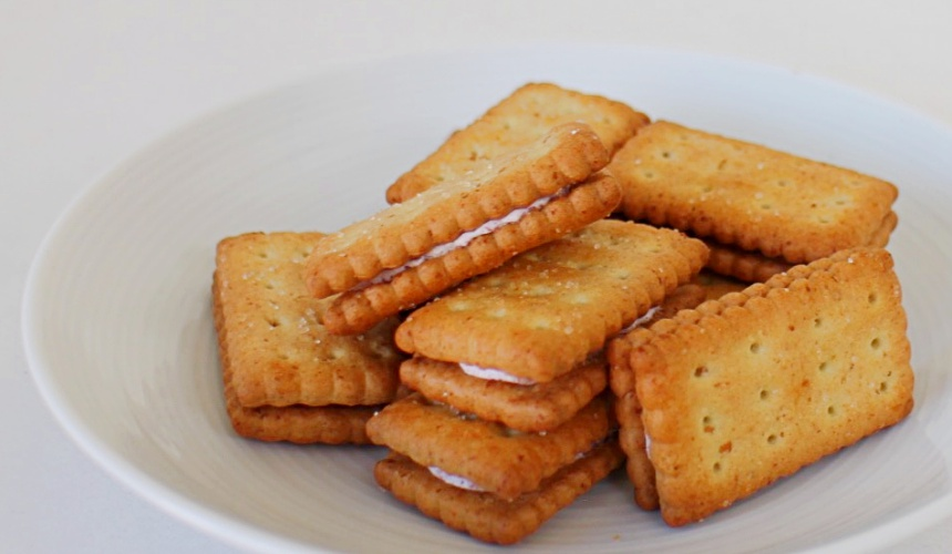 NATURAL LAWSON餅乾BISCO乳酸菌藍莓夾心口味餅乾(ビスコ ブルーベリークリームサンド)餅乾近照