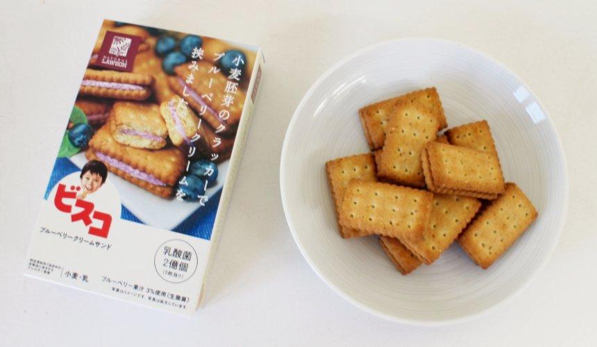 NATURAL LAWSON餅乾BISCO乳酸菌藍莓夾心口味餅乾(ビスコ ブルーベリークリームサンド)包裝與餅乾