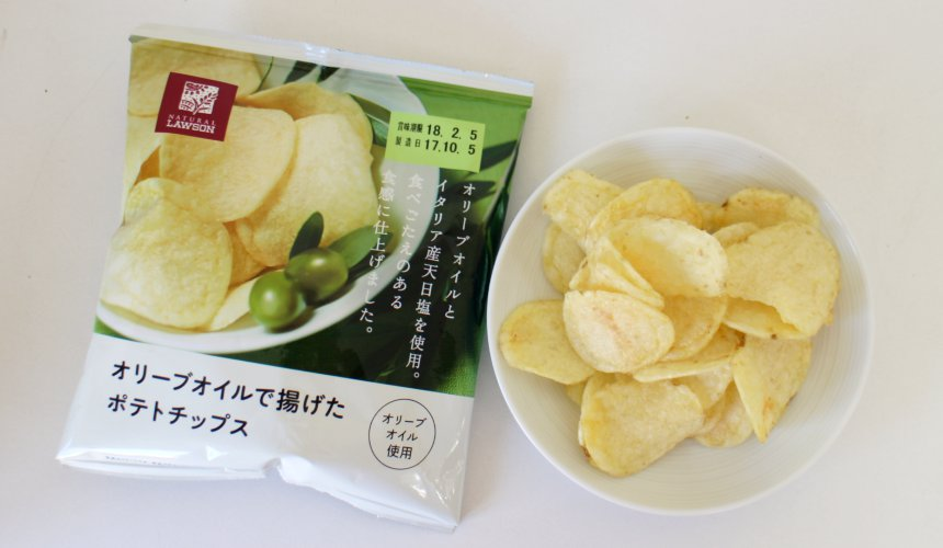 NATURAL LAWSON的零食橄欖油炸洋芋片(オリーブオイルで揚げたポテトチップス)的包裝與餅乾
