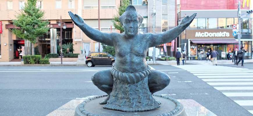兩國國技館通上的相撲雕像