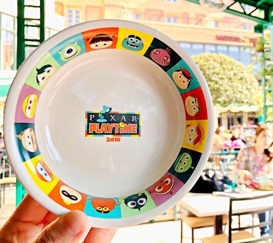 2018東京迪士尼海洋特別活動「皮克斯遊戲時間」期間「餅乾媽媽西點」販售的杯子蛋糕(ランドール・ボックスのカップケーキ)附上的小盤子超可愛