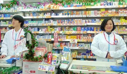 「くすりの福太郎 浅草店」櫃檯與店員