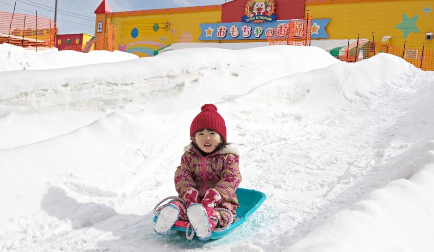 日本輕井澤「HOTEL GREEN PLAZA 輕井澤」附近的玩具王國室外兒童玩雪照
