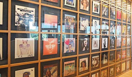 Billboard Café & Dining牆上有很多黑膠唱片