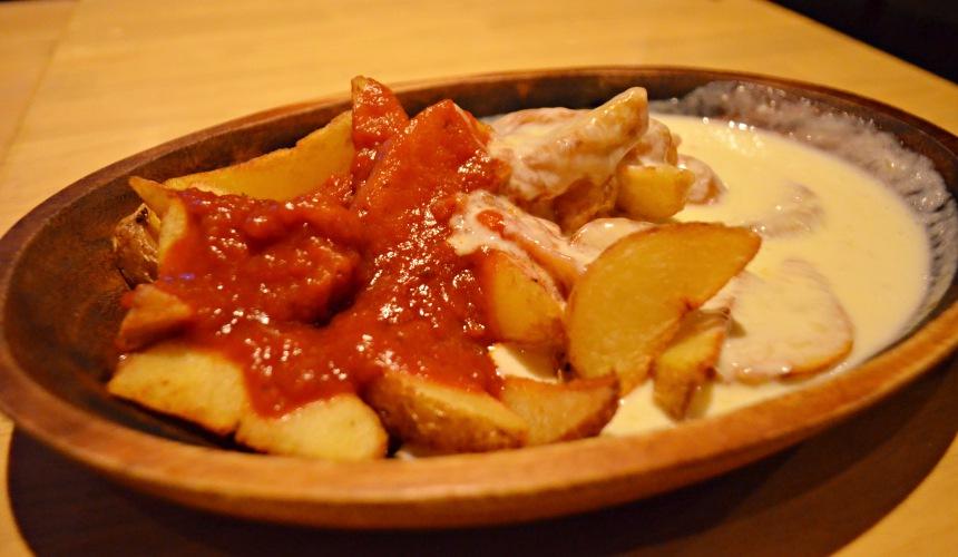 東京新宿牡蠣料理吃到飽餐廳推薦「UMI BAL」起司蕃茄醬炸薯條(ローディットフレンチフライ)