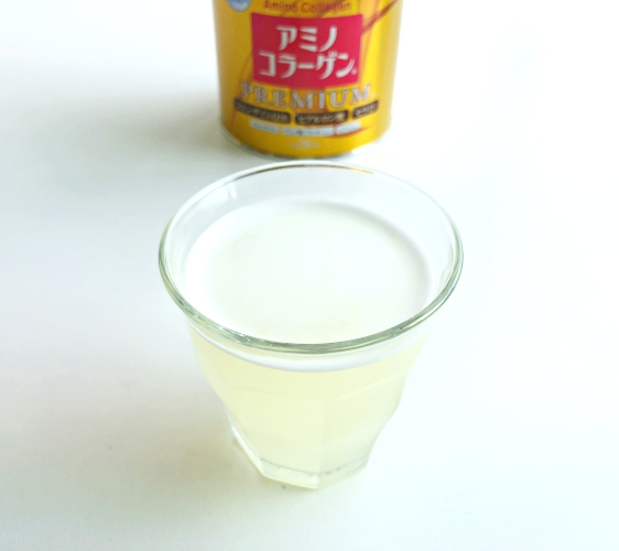 日本藥妝店必買No.1!明治金色版「膠原蛋白粉PREMIUM」加入水中試喝