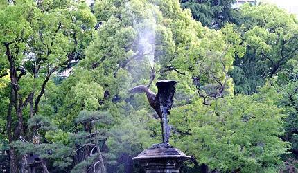 雲形池中有名的「鶴の噴水」