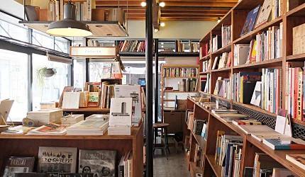 nostos books小小的店面內有日文書也有外文書