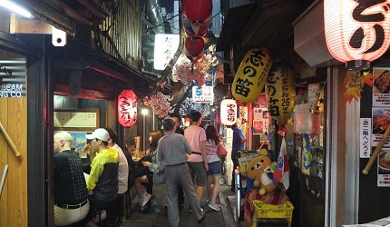 有許多觀光客或是下班後來小酌的日本人
