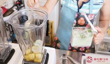 東京代代木果汁吧「Agaveria」的綠色鮮果汁:有機大麥若葉、鳳梨、黃金奇異果製作中
