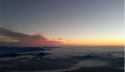 """日本富士山上可以看到的日出美景"""""""