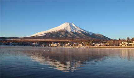 在日本富士五湖中的山中湖望到的富士山景