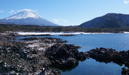 在日本富士五湖中的本栖湖望到的富士山景