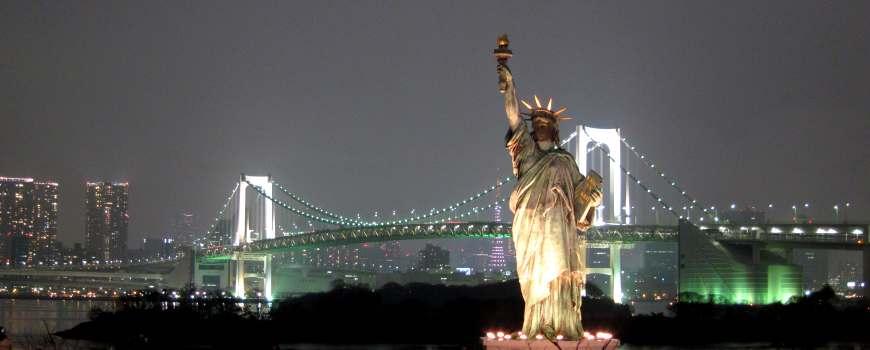 東京自由行必逛景點「台場」的自由女神與彩虹大橋夜景