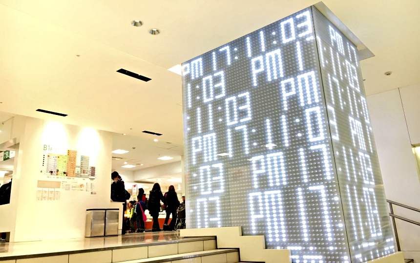西武百貨的b1層入口附近的光之時計