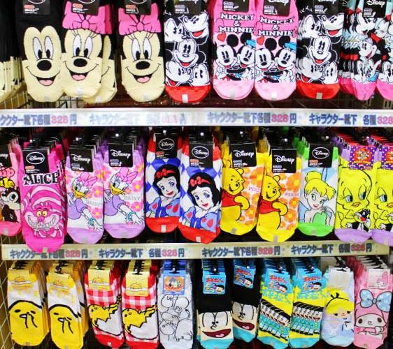 「シモジマ 下岛包装广场 浅草桥本店」贩售的卡通袜子