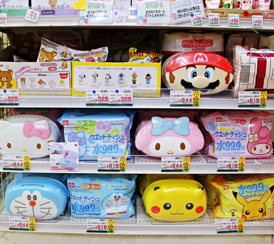 「シモジマ 下岛包装广场 浅草桥本店」贩售的Hello Kitty、美乐蒂、玛利欧、哆啦A梦、皮卡丘造型湿纸巾盒