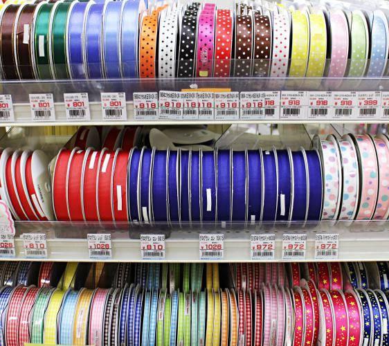「シモジマ 下岛包装广场 浅草桥本店」贩售的各种尺寸与颜色的缎带