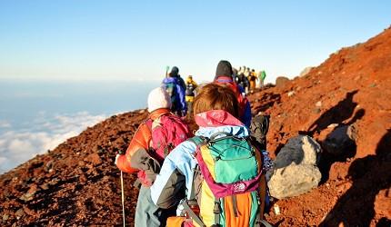一群人在白天爬富士山