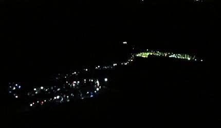 一群人在晚上爬富士山