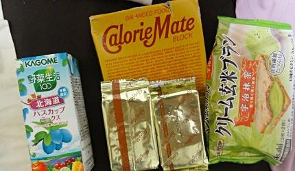 爬富士山方便補充能量跟營養的果汁跟零食