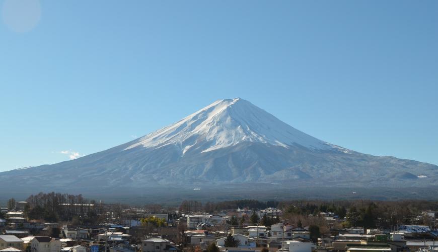 遠眺日本富士山及附近民居