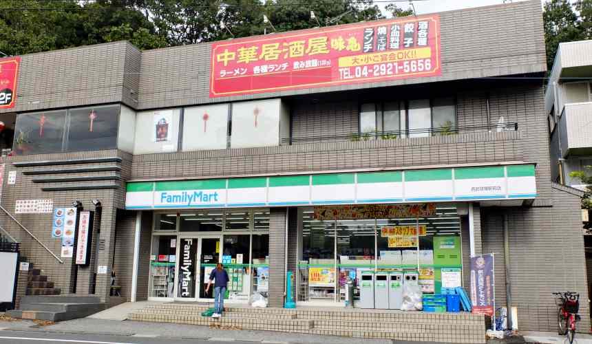東京埼玉西武球場站附近的全家便利商店