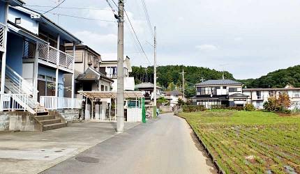 前往龍貓森林路途上有許多民宅與田園