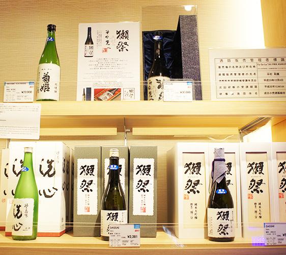 東京成田機場必買伴手禮店家「Fa-So-La TAX FREE ASAKUSA ANNEX」販售的各式日本酒