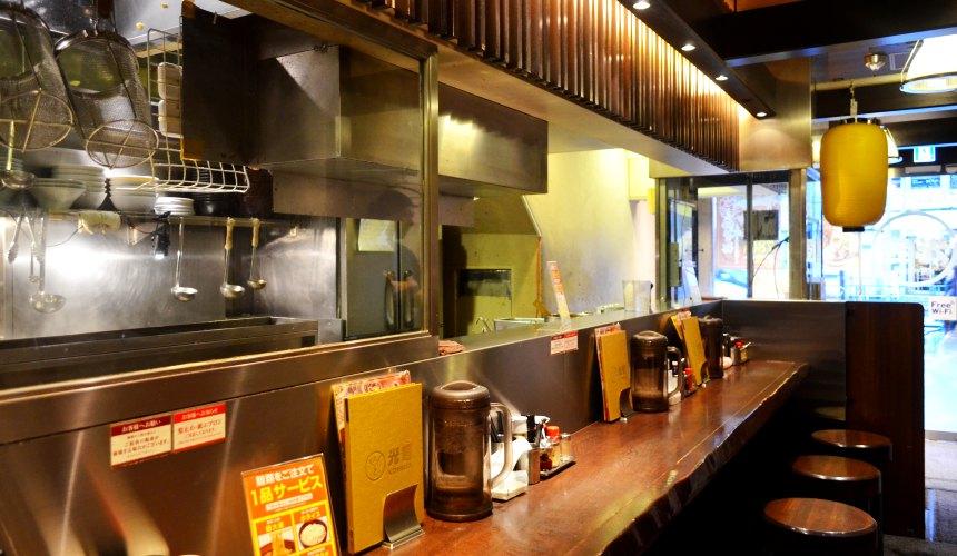 東京池袋豚骨拉麵人氣店「光麵」店內