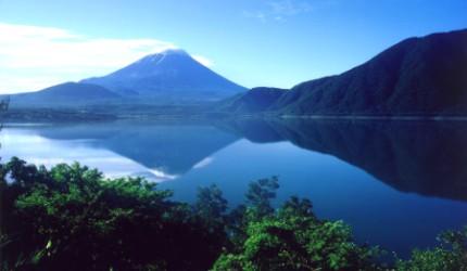 日本富士山附近的本栖湖看到的富士山景