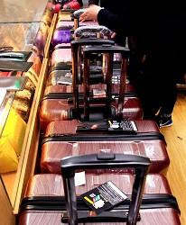 東京銀座買包推薦人氣行李箱、包包專賣店「Ginza Karen」的行李箱結帳人潮