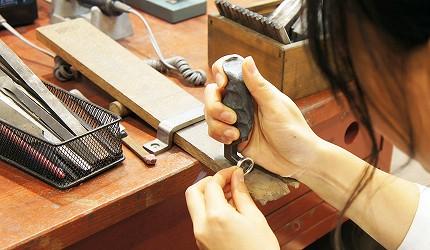 日本最大的訂製珠寶飾品店「K.UNO」在戒指內緣壓字