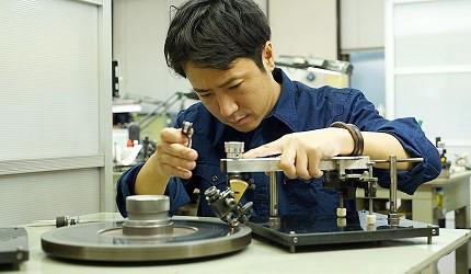 日本最大的訂製珠寶飾品店「K.UNO」從原石開始切割與研磨