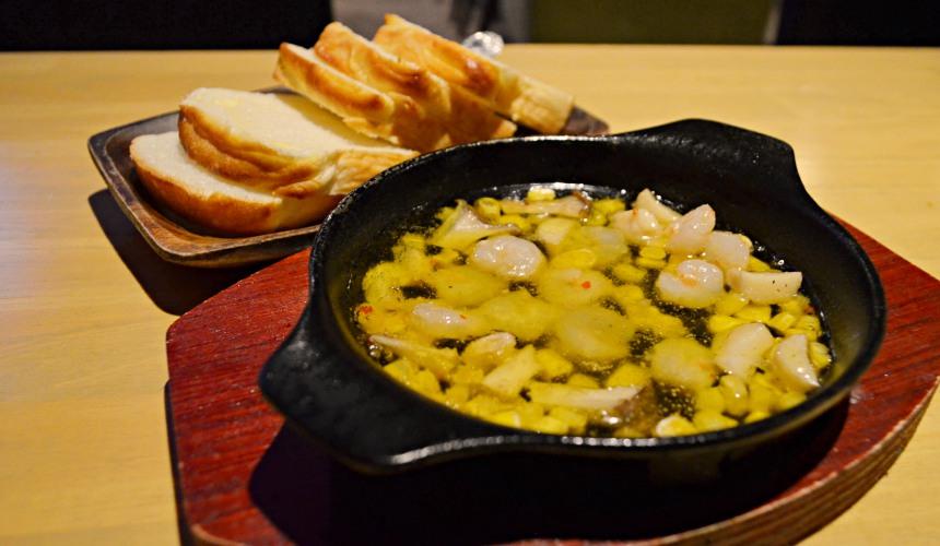 東京新宿牡蠣料理吃到飽餐廳推薦「UMI BAL」橄欖熱油漬蝦(海老のアヒージョ)