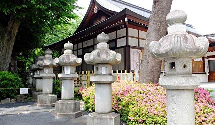 石燈籠上的名字都大有來頭,圖為刻有伊藤博文的石燈籠