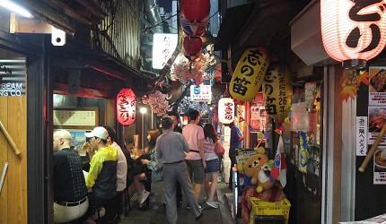 有许多观光客或是下班后来小酌的日本人