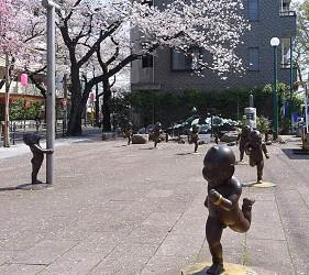 東京近郊景點推薦府中市「桜通り広場公園」的「童童廣場」