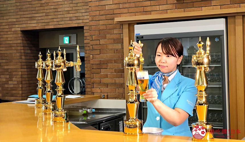 東京免費景點推薦:可以免費試喝啤酒「SUNTORY三得利東京武藏野啤酒工廠」裡的啤酒試喝時間,服務人員正在注入啤酒「The Premium Malt's」