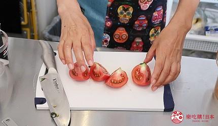 東京代代木果汁吧「Agaveria」的粉色鮮果汁:草莓、番茄、蔓越莓製作中