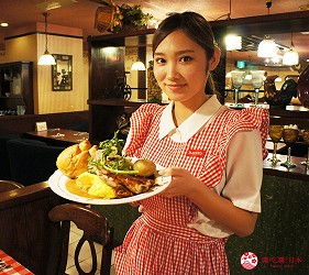 東京極品蛋包飯推薦「RAKERU」的鄉村風制服的店員