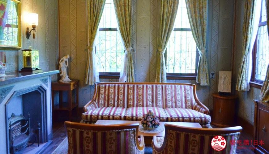 東京柴又老街推薦必去日本庭園「山本亭」的室內一景,有洋式沙發