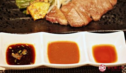 東京新宿享用A5黑毛和牛鐵板燒「新宿 PANDORA」的特製醬汁蒜香醬油、蕃茄濃醬、柚子醋