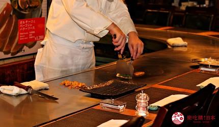 東京新宿享用A5黑毛和牛鐵板燒「新宿 PANDORA」的鐵板燒現做料理畫面