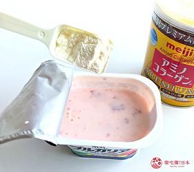日本藥妝店熱賣的明治「膠原蛋白粉」、「膠原蛋白粉PREMIUM」加入草莓優格中試喝