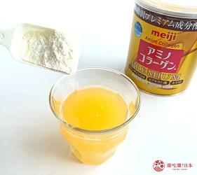 日本藥妝店熱賣的明治「膠原蛋白粉」、「膠原蛋白粉PREMIUM」加入柳橙汁中試喝