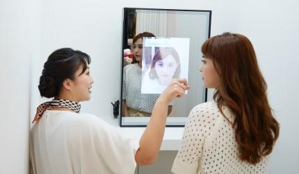 東京銀座Panasonic沙龍「Panasonic Beauty SALON 銀座」沙龍人員向顧客說明的照片
