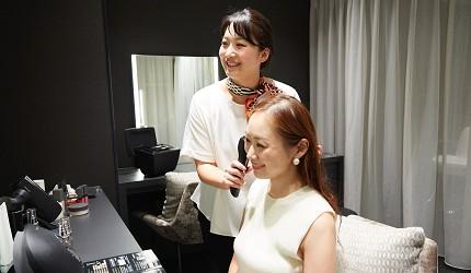 東京銀座Panasonic沙龍「Panasonic Beauty SALON 銀座」沙龍人員提供美容儀給顧客使用的照片
