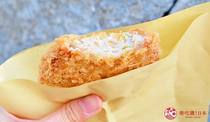 築地市場美食推薦「味の浜藤」的特大炸鮪魚肉餅(特大マグロメンチ)的試吃照